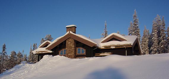 hus bakom snövall